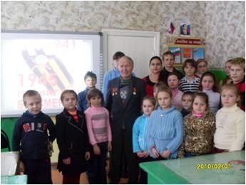 Рогачёв Василий Иванович в кругу детей